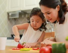 Hoa hậu Hương Giang khoe con gái 3 tuổi tập nấu ăn
