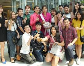 Hoa hậu Phạm Hương bất ngờ khi được người hâm mộ Thái Lan chào đón nồng nhiệt