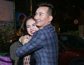 """MC Thành Trung """"ôm chặt"""" Giang Hồng Ngọc để xin lỗi sau sự cố hiểu lầm"""