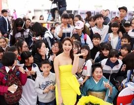 Hoa hậu Phạm Hương bất ngờ khi bị người hâm mộ Hà Nội vây kín