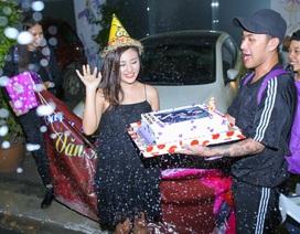 Văn Mai Hương xúc động vì được fans tổ chức sinh nhật ở cánh gà sân khấu