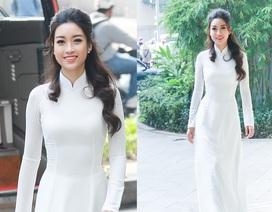 Hoa hậu Mỹ Linh dịu dàng với áo dài trắng đi trao học bổng