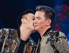 Dương Triệu Vũ hôn Đàm Vĩnh Hưng trên sân khấu