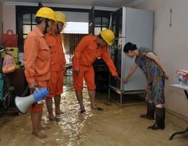 Thợ điện Thủ đô: Túc trực cùng người dân trong mưa
