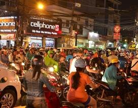Đường phố Sài Gòn ùn tắc kéo dài sau cơn mưa lớn