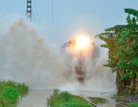 Đường bộ, đường sắt TP HCM ngập lênh láng sau mưa lớn