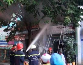 Giải cứu người phụ nữ mắc kẹt trong căn nhà bốc cháy