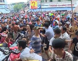 Cả trăm người giật đồ cúng cô hồn gây hỗn loạn đường phố
