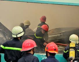 Cháy lớn trong khu công nghiệp, hàng trăm lính cứu hỏa nỗ lực dập lửa