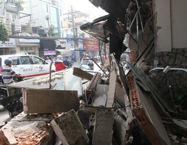 Xe chở rác húc sập 3 căn nhà, nhiều người thoát chết