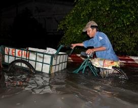 Clip người dân bì bõm đẩy bộ xe trên phố trong đêm