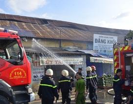 Cháy cả dãy nhà trên đường Bến Bình Đông, một người mất tích