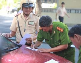 """CSGT xử phạt """"thủ phạm"""" gây kẹt xe ở trung tâm TPHCM"""