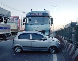 Container đẩy ô tô đi 50 mét, 4 người thoát chết