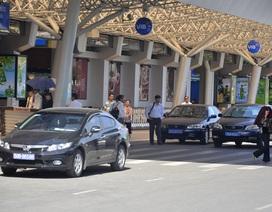 """Xe biển xanh, biển đỏ """"chây ì"""" trước sân bay Tân Sơn Nhất"""
