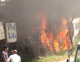 Bãi chứa ô tô phế liệu bốc cháy dữ dội
