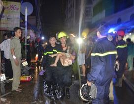 Cháy nhà, 5 người rọi đèn pin kêu cứu từ tầng thượng