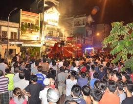 Cả phố hỗn loạn vì cửa hàng điện thoại bốc cháy