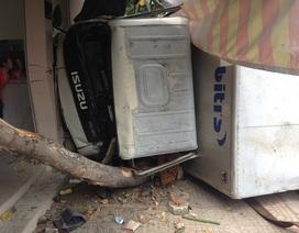 Xe tải lao vào quán phở, tài xế và phụ xe kẹt cứng trong cabin