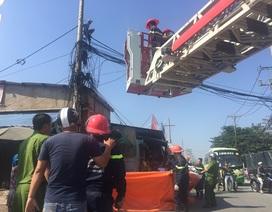 Điều xe thang giải cứu thanh niên cố thủ trên cột điện