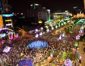 Hàng ngàn người du xuân sớm ở đường hoa Nguyễn Huệ