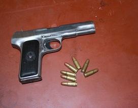 Mang súng cùng 15 viên đạn vào quán nhậu, thanh niên bị công an khống chế