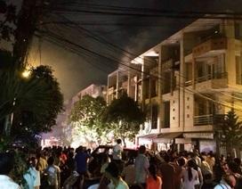 Cháy nhà kho, cả khu dân cư nhốn nháo