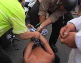 Bị giật túi xách, cô gái lao thẳng xe vào 2 tên cướp
