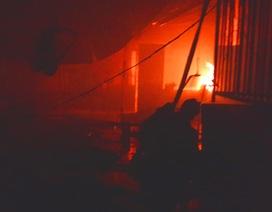 Công ty giày rộng hàng ngàn mét vuông cháy ngùn ngụt suốt 3 giờ