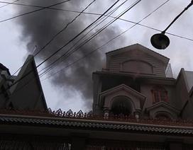 Căn biệt thự bốc cháy sau tiếng nổ lớn