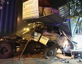 Xe container tông sập mái hiên, nhiều người thoát chết