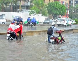 Ngập khủng khiếp ở Sài Gòn, xe chết máy la liệt