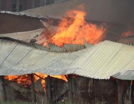 Gần 100 cảnh sát chữa cháy xưởng nệm mút trong khu dân cư