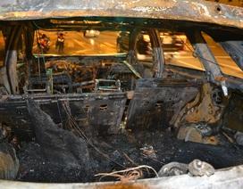 Ô tô kéo lê xe máy, cả 2 xe cùng bốc cháy