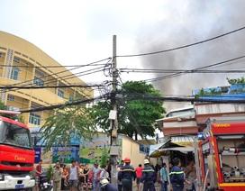Cháy nhà trong hẻm, khu dân cư náo loạn