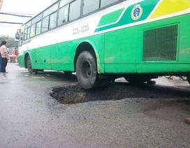 Xe buýt sụp hố sâu 5m vừa được san lấp