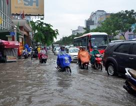 Đường vào sân bay Tân Sơn Nhất ngập, tắc nặng sau mưa lớn