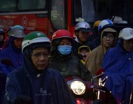 Dân Sài Gòn đội mưa tầm tã, vật vã tìm đường về nhà