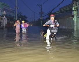 """Triều cường chạm đỉnh, người Sài Gòn """"bơi"""" đi làm, đi học"""
