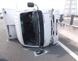 Tài xế đạp cửa bò ra khỏi chiếc xe tải lật nhào trên cao tốc