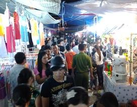 Hàng ngàn người chen chân đi Hội chợ du lịch dịp lễ hội đua ghe Ngo