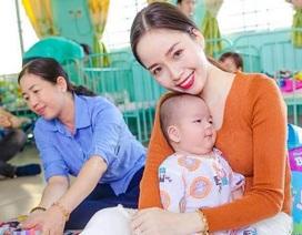 """Hoa khôi Vũ Thanh Tú xúc động """"cưng nựng"""" trẻ mồ côi"""