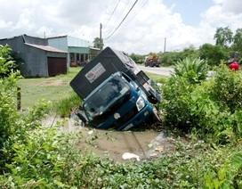 """Tránh """"ma men"""", xe tải nhào xuống ao"""