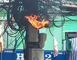 Cột điện bốc cháy giữa trưa, cả khu dân cư náo loạn