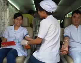 Gần 500 y bác sĩ hiến máu cứu người