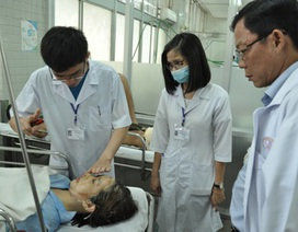 Nữ sinh bị tạt a xít có nguy cơ mù cả hai mắt
