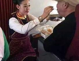 Hình ảnh nữ tiếp viên quỳ gối chăm sóc khách khiến hàng triệu người xúc động