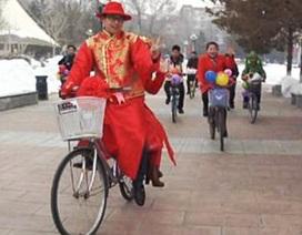 Chán siêu xe, chú rể đón dâu bằng xe đạp và tàu hỏa