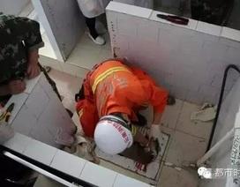3 giờ giải cứu thành công bé sơ sinh bị mẹ vứt xuống bồn cầu