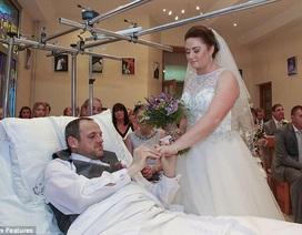 Chú rể gẫy chân, cặp đôi tổ chức đám cưới... trong bệnh viện